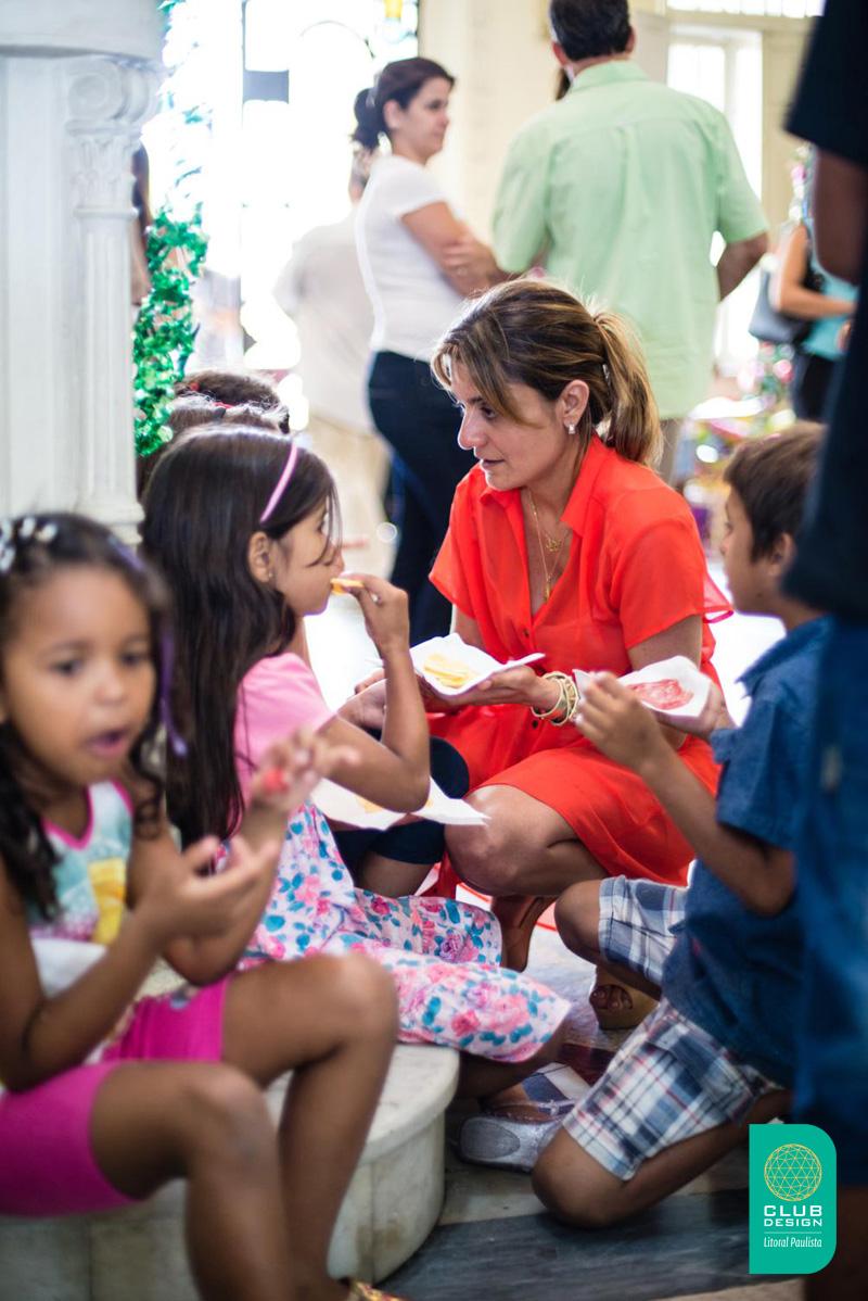 Lola Assaf e crianças Entidade Vó Benedita