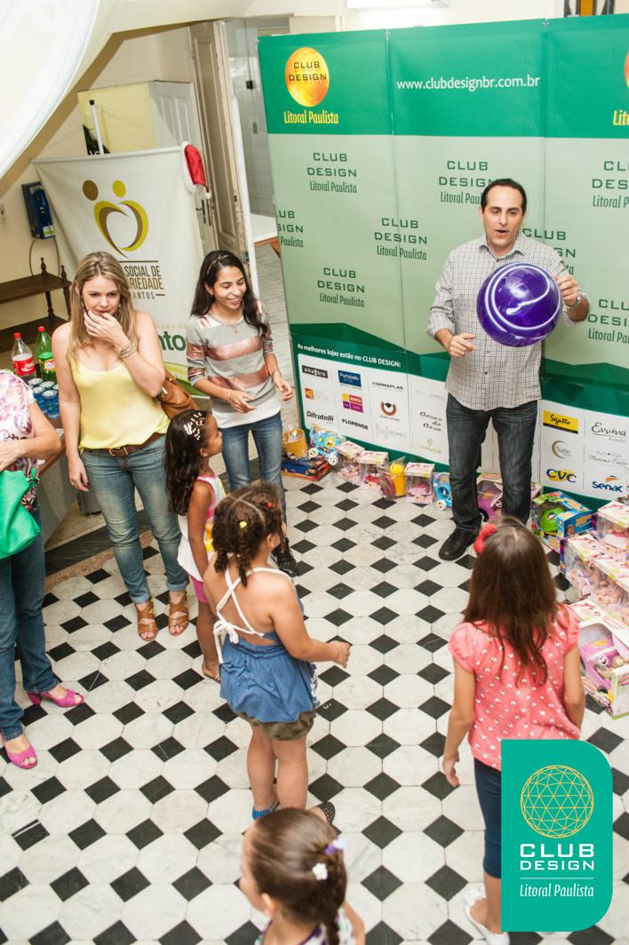 Fauzi Rahim brincando com crianças da entidade Vó Benedita