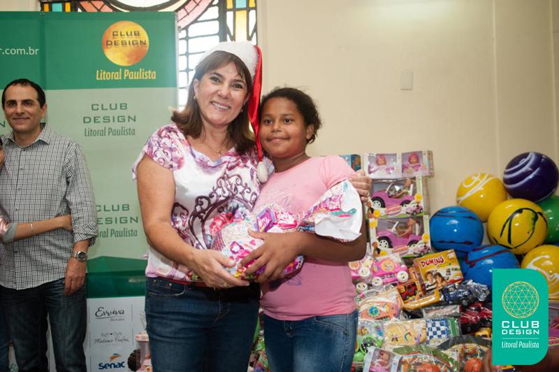 Dilma Machado fazendo uma criança feliz