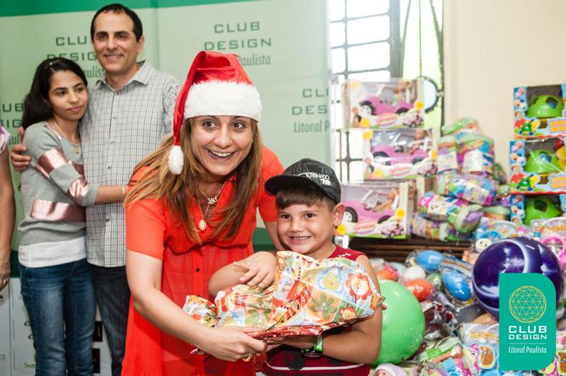 Lola Assaf fazendo uma criança feliz