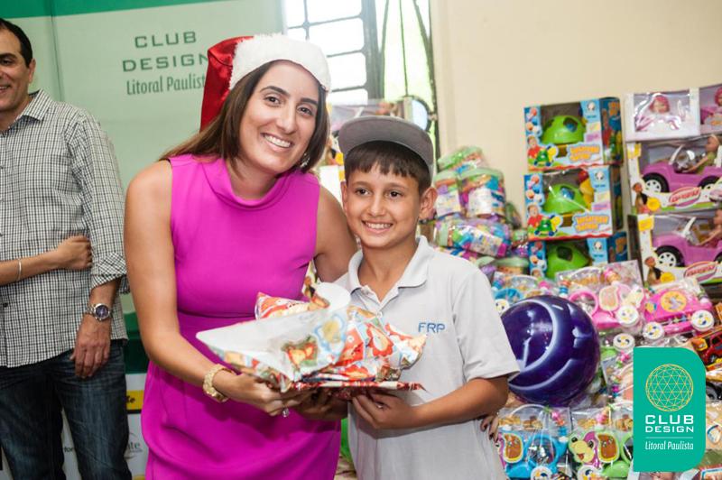 Luana Segatto fazendo uma criança feliz