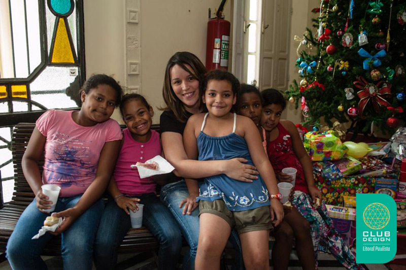 Mariane Bonito e crianças Entidade Vó Benedita