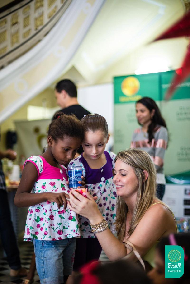 Vanessa Rodrigues e crianças Entidade Vó Benedita