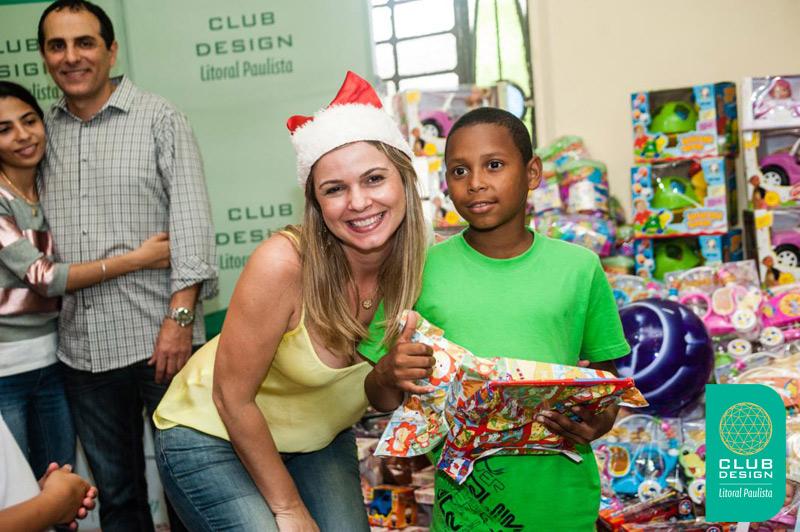 Vanessa Rodrigues fazendo uma criança feliz