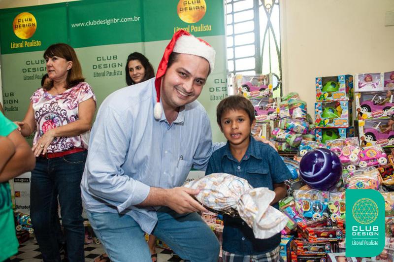 Walid Abdouni fazendo uma criança feliz